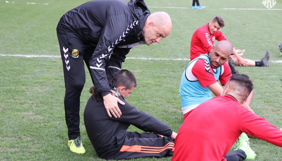 L'entrenador del Nàstic, Nano Rivas, dóna instruccions a Javier Galera durant l'entrenament.