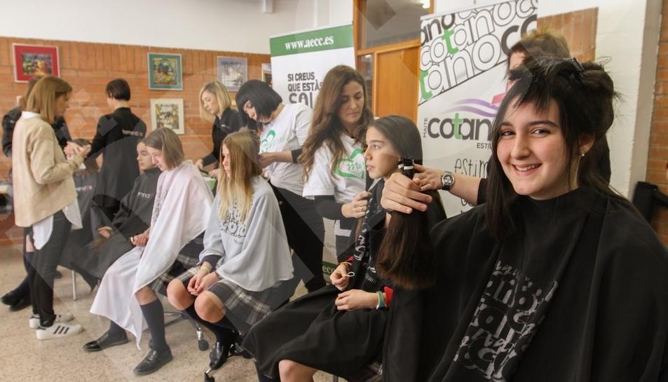 Alumnes de l'Aura es tallen el cabell en solidaritat amb malalts de càncer