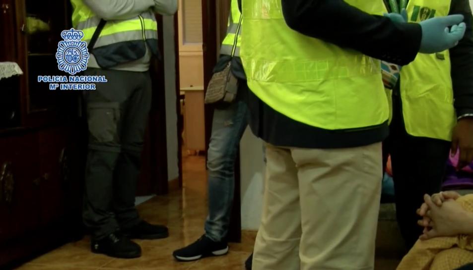 Agents de la Policia Nacional al domicili dels detinguts prenent declaració a una de les víctimes.