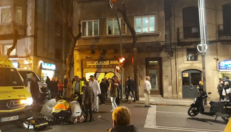 Diversos testimonis apunten el vianant hauria creuat el carrer amb el semàfor en vermell