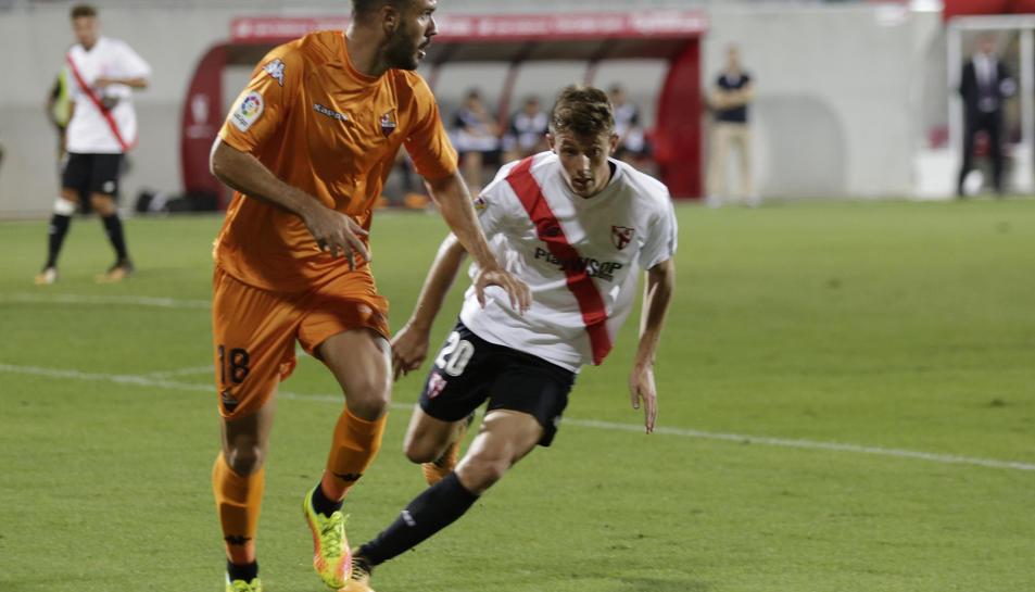 Atienza intenta jugar l'esfèrica sota la pressió de Marc Gual, en el partit de la primera volta.