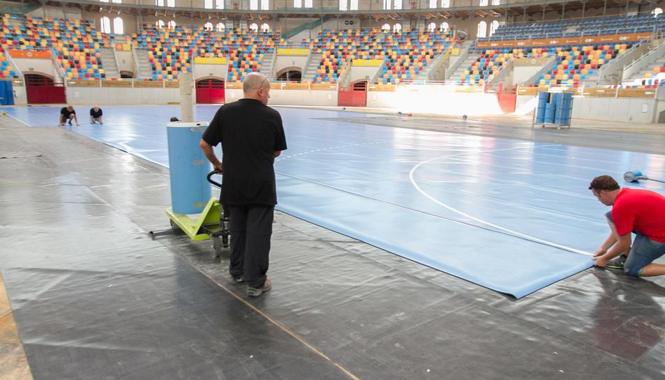 Preparació de la pista per testar la TAP amb motiu de la final de la Copa Asobal, l'agost del 2014.