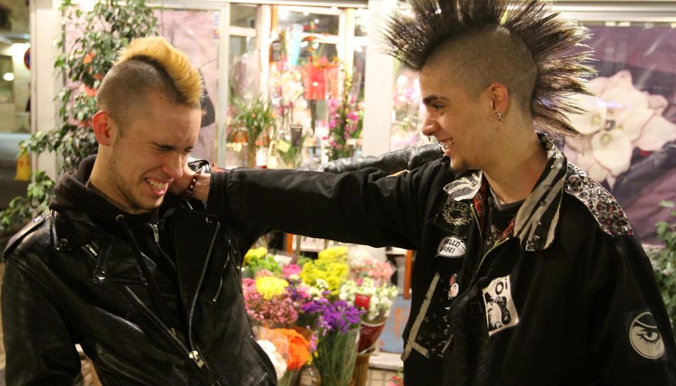 Punks amb el 'look' clàssic, a la Rambla Nova