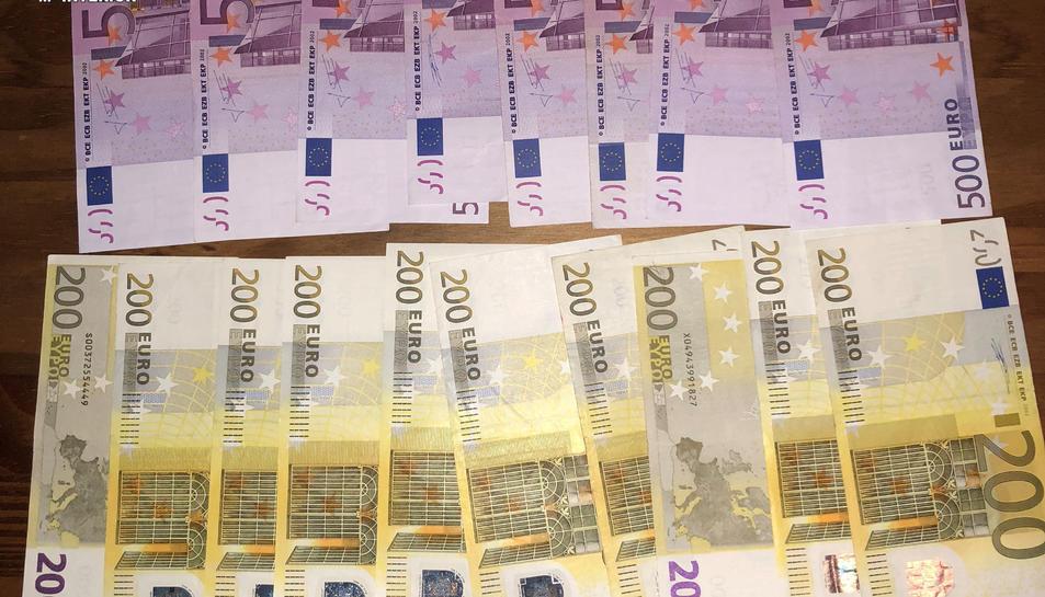 Els Mossos han intervingut diverses quantitats de substàncies estupefaents i més de 10.000 euros en efectiu.