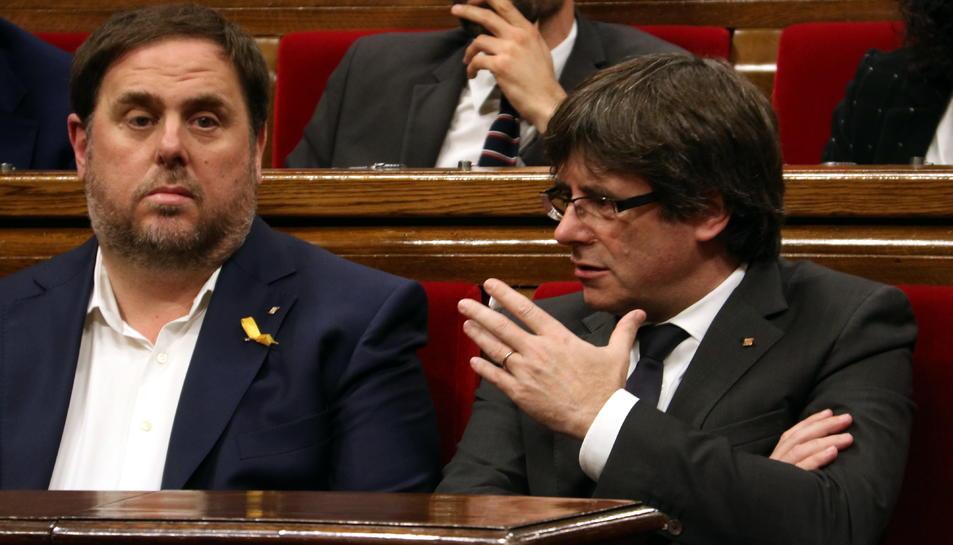 Carles Puigdemont parlant amb Oriol Junqueras.