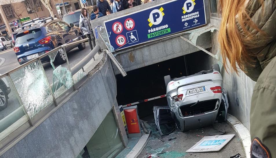 Un cotxe es precipita des de la plaça de la Pastoreta al pàrquing