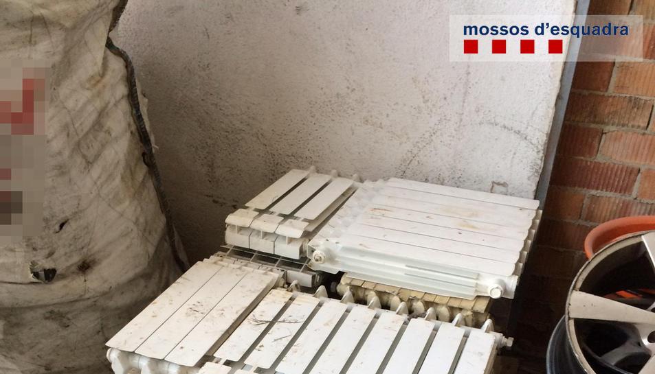 L'arrestat es va endur dotze radiadors de diverses mides valorats en 1.000 euros.