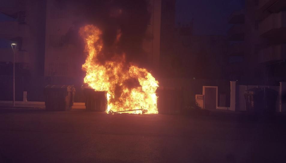 Els contenidors han cremat al carrer Tramuntana.