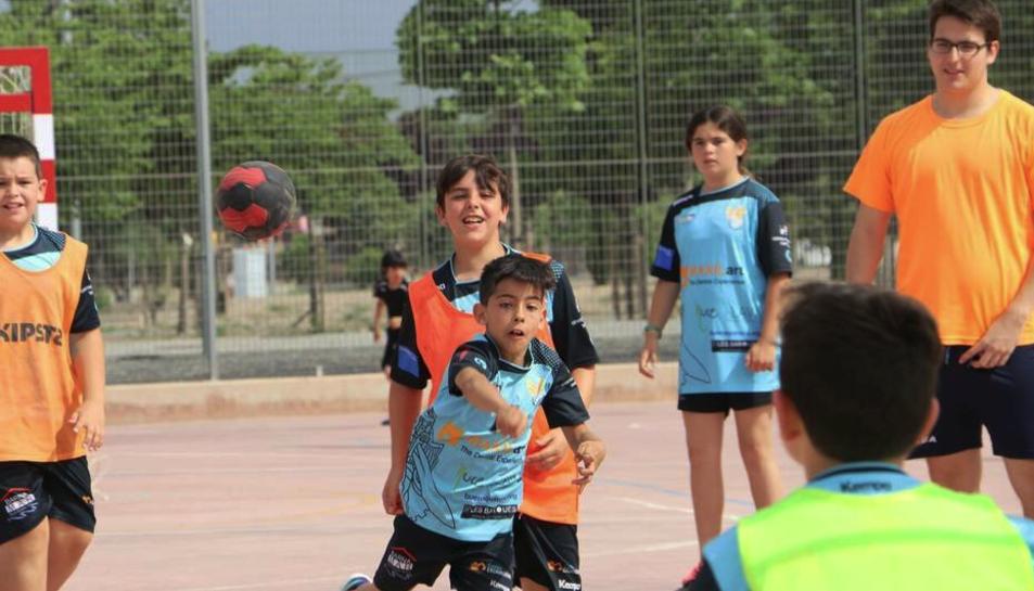 Imatge d'arxiu d'infants jugant a handbol.