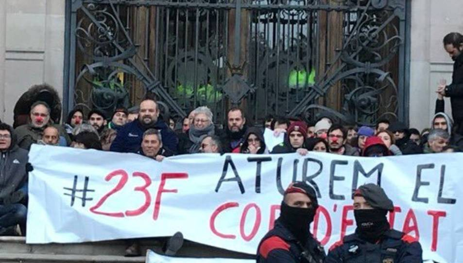 Imatge dels manifestants davant del TSJC.
