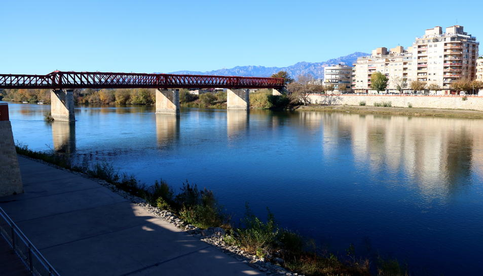 Vista general del riu Ebre al seu pas per Tortosa.