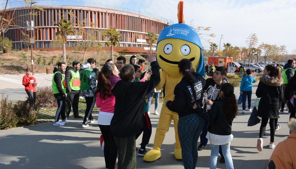 Els infants han gaudit de la companyia del Tarracvs, la mascota dels Jocs Mediterranis.