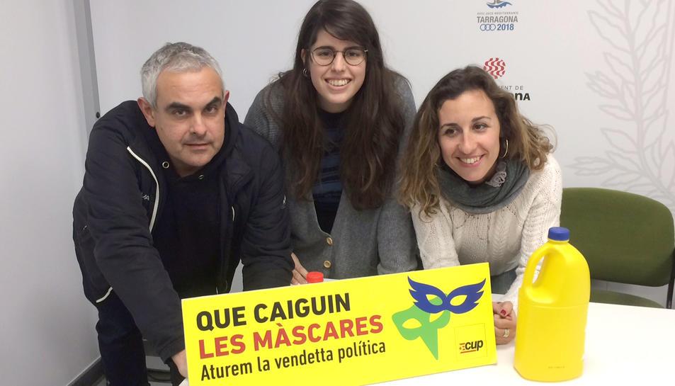 La membre de l'Assemblea de la CUP de Tarragona Aleida López i els regidors Laia Estrada i Jordi Martí Font.
