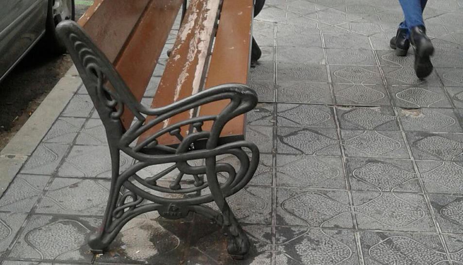 El mobiliari urbà també pateix l'acció dels animals.