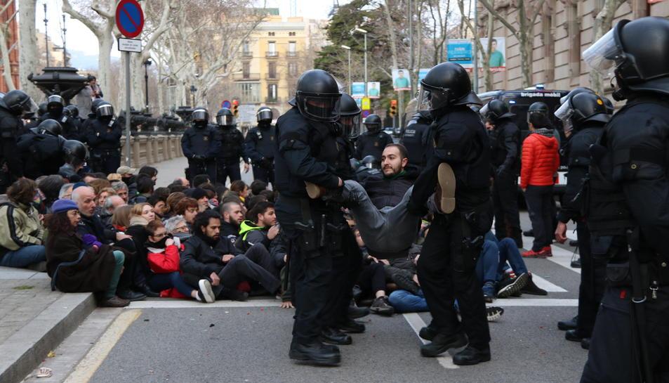 Un jove és desallotjat per agents dels Mossos d'Esquadra davant del TSJC