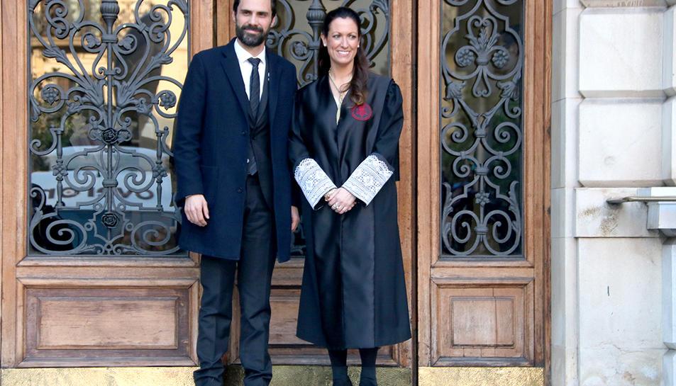 Imatge general del president del Parlament, Roger Torrent, i la degana de l'ICAB, Maria Eugènia Gay, abans d'iniciar-se l'acte.