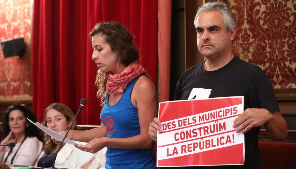 Els regidors de la CUP Laia Estrada i Jordi Martí, durant una sessió del ple tarragoní.