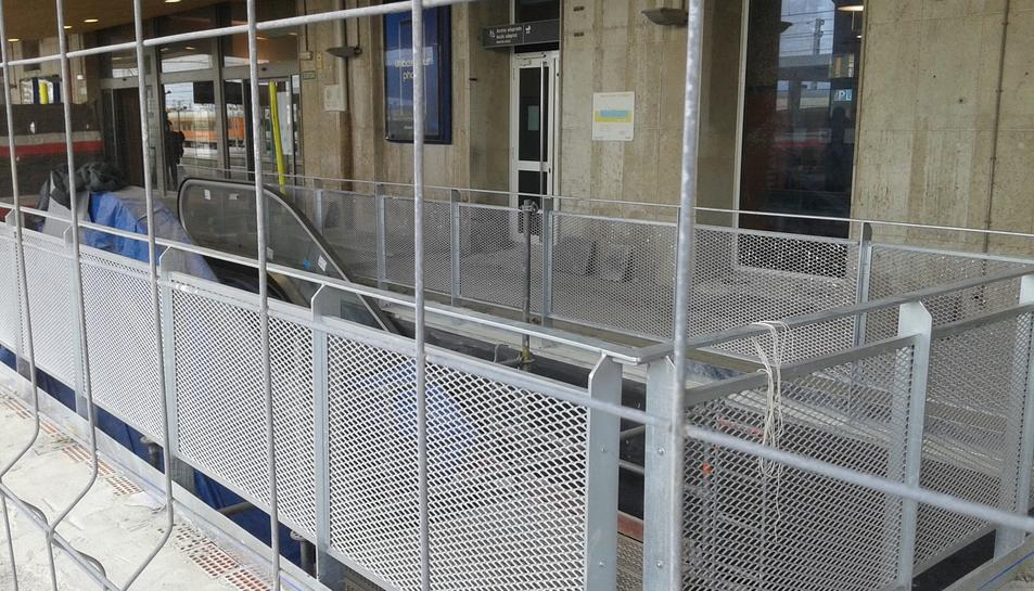Escala mecànica instal·lada en l'andana principal de l'estació de Tarragona.