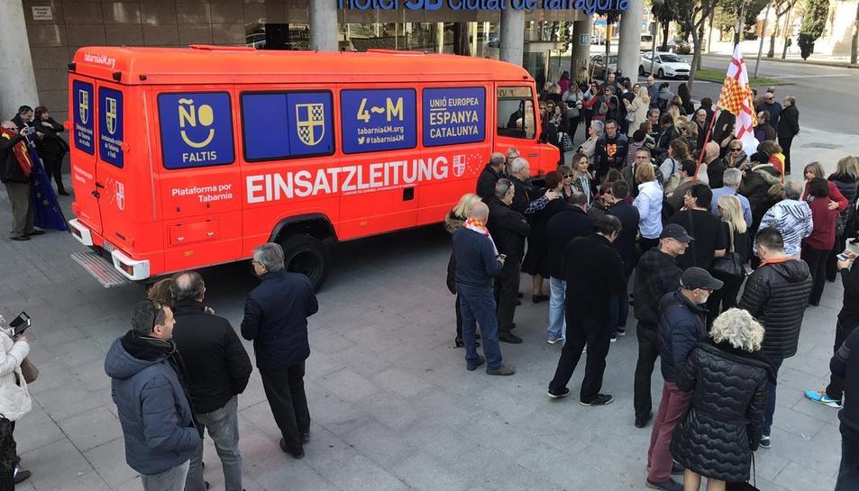 Un grup de persones s'acosta a la furgoneta de Plataforma per Tabarnia.