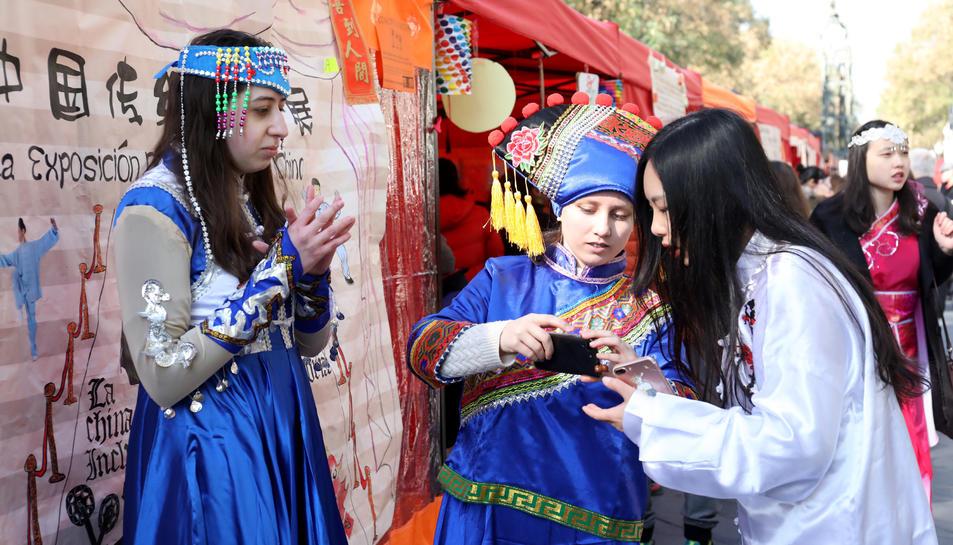 Unes noies xineses, amb vestits tradicionals del seu país.