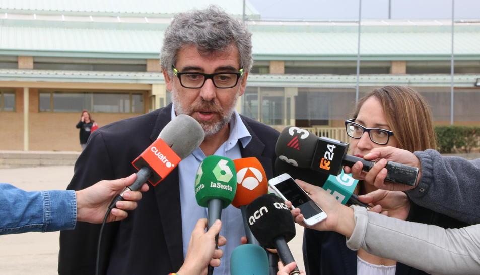 Els advocats de Sànchez i Cuixart, Jordi Pina i Marina Roig, fent declaracions a la porta de Soto del Real