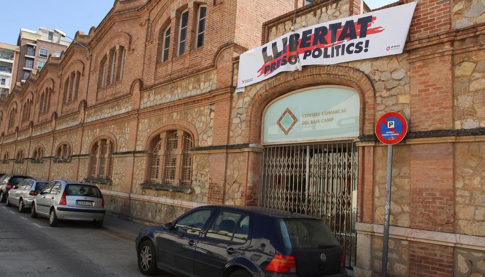 La façana del Consell Comarcal del Baix Camp, aquest diumenge 25 de febrer, amb la pancarta instal·lada.