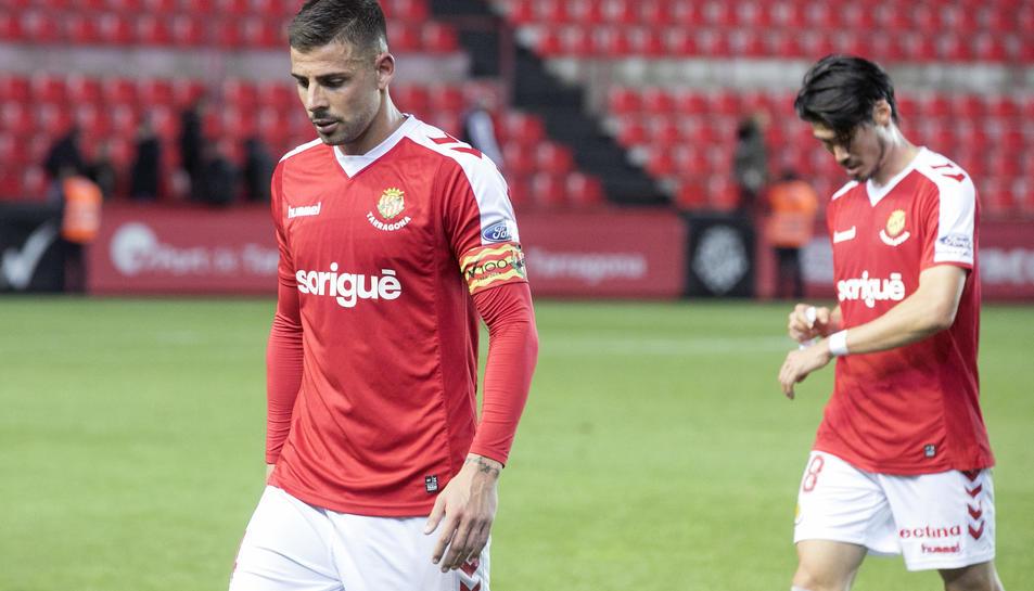 Xavi Molina i, al fons, Daisuke Suzuki, són dos dels cinc futbolistes que estan apercebuts de sanció al Nàstic.