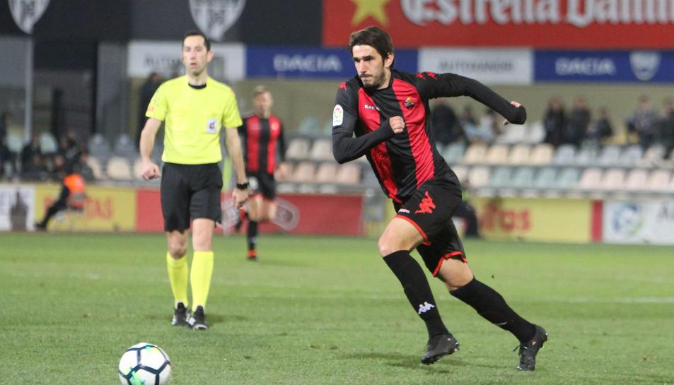 Dejan Lekic persegueix l'esfèrica, aquest diumenge, en el matx davant el Sevilla Atlético.