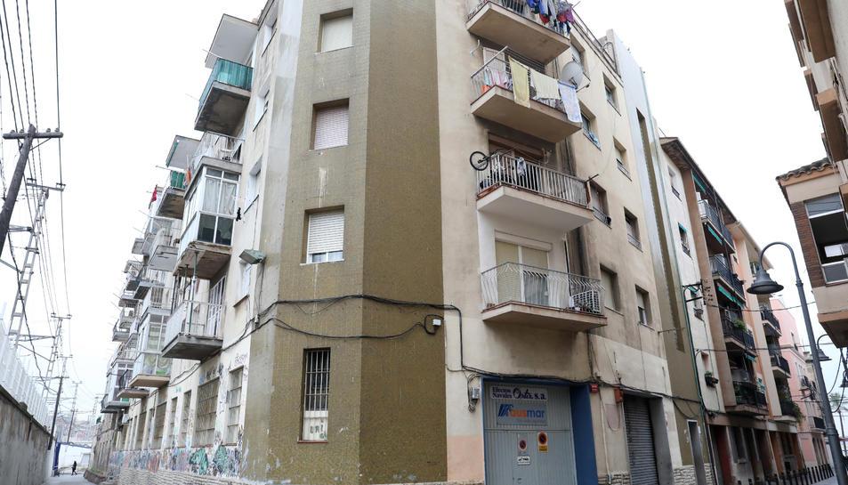 Edifici del número 2 del carrer Sant Andreu, on molts dels pisos estan ocupats.