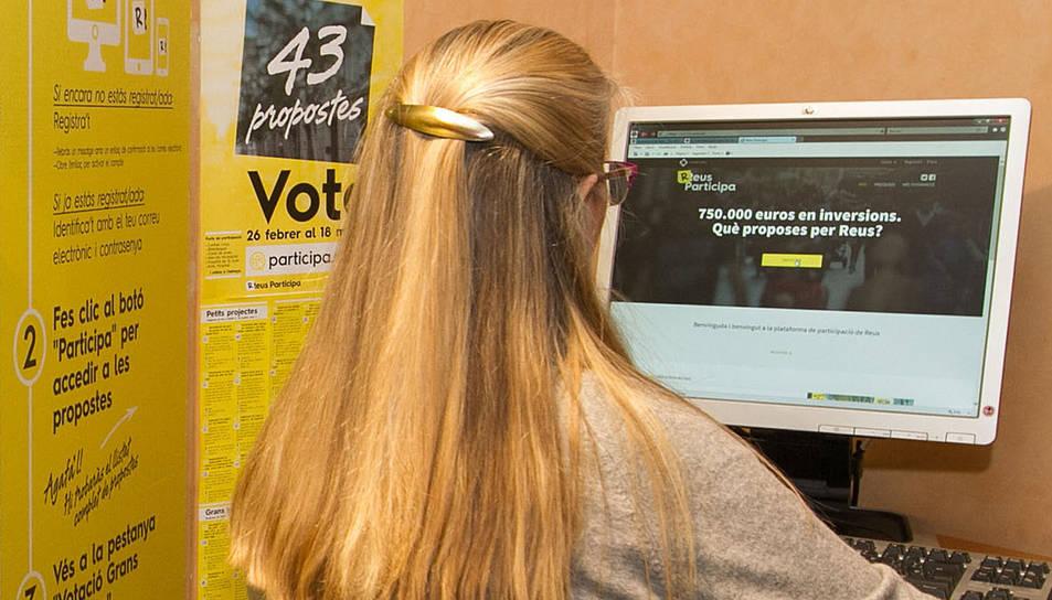 Un dels ordinadors que s'ha instal·lat a l'OAC per facilitar el vot.