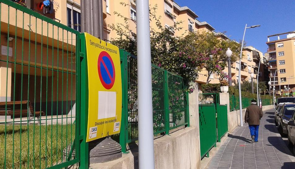 Un dels senyals que hi ha al carrer Guad el Jelú, tot i que els fanals ja estan col·locats.