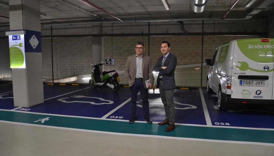Pla general de Marc Arza, regidor d'Urbanisme i president de Reus Mobilitat i Serveis, i Daniel Rubio, regidor de Medi Ambient i Ocupació, a l'estació de recàrrega del pàrquing La Fira Centre Comercial. Imatge del 26 de febrer del 2018
