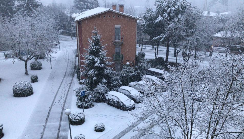 Aspecte de la ciutat d'Olot emblanquinada per la neu el 26 de febrer del 2018. Pla general