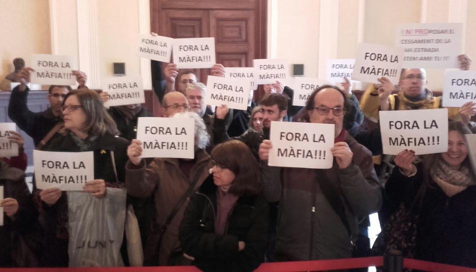 Activistes fora de la sala de plens de l'Ajuntament de Tarragona.