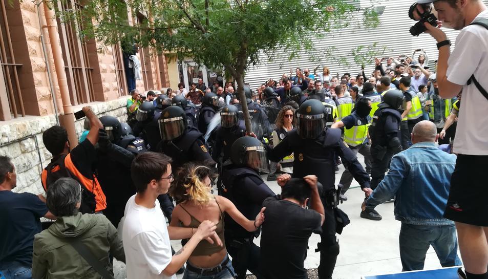 Imatge d'arxiu de les carregues policials a l'Institut Tarragona l'1-O.
