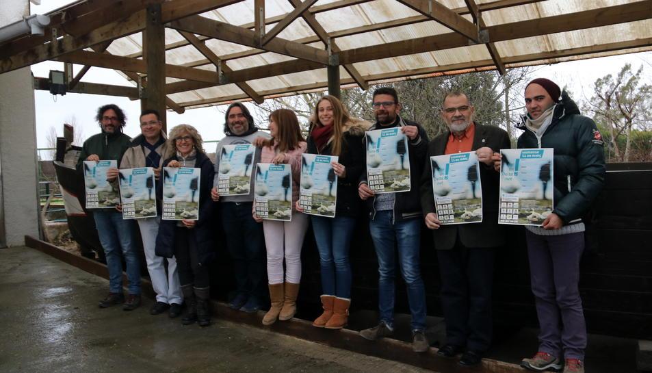 Regidors i representants dels voluntaris del parc amb el cartell de la campanya.