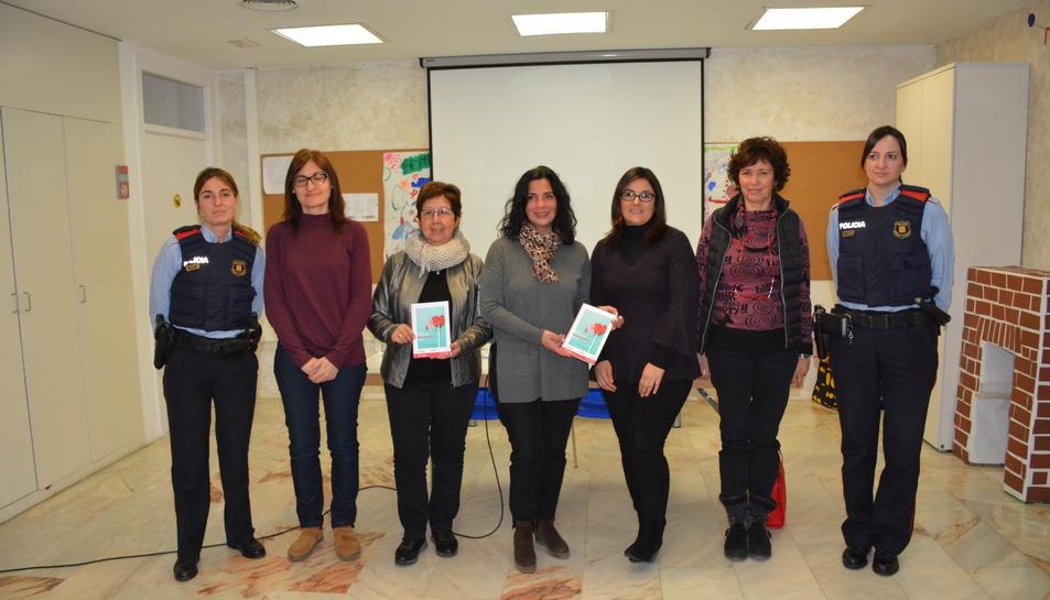 La consellera de Serveis a la Persona, Ana Santos, amb representants de la Taula Local per prevenir la mutilació genital femenina.