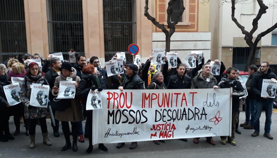 Imatge de la concentració avui davant l'Audiència Provincial de Tarragona.