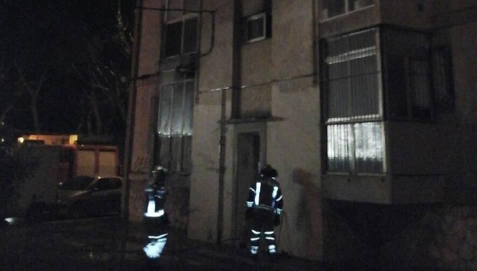 L'incendi s'ha produït en un pis del bloc número 51 del carrer Mare Molas.
