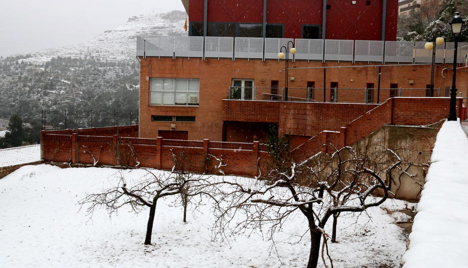 Pla general del pati de la llar d'infants de la Riba, tancada per la nevada. Imatge del 28 de febrer de 2018