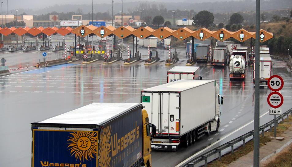 Camions començant a circular per l'autopista AP-7 en direcció sud a l'alçada de la Jonquera.