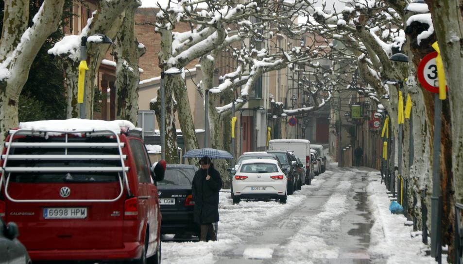 Imatge d'un carrer d'Alforja ple de neu.