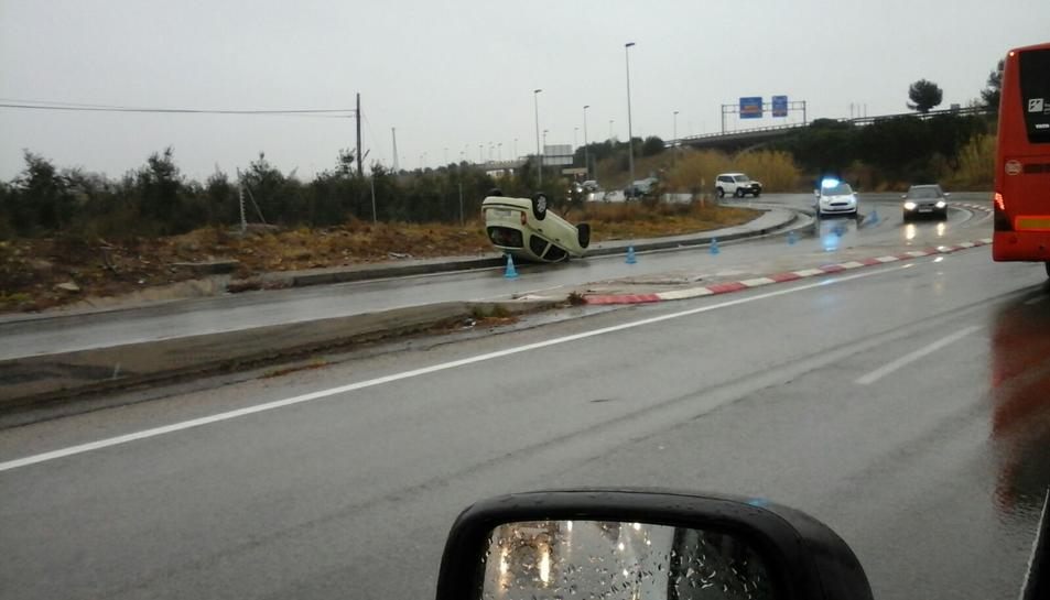 Imatge del cotxe bolcat.