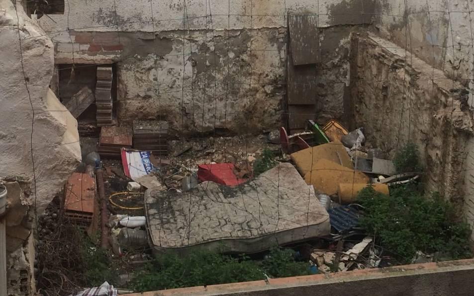 Un solar del barri que sembla una deixalleria.