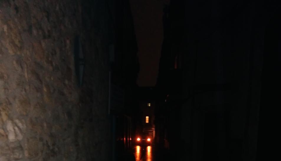 El carrer Mediona, durant una apagada després de ploure.