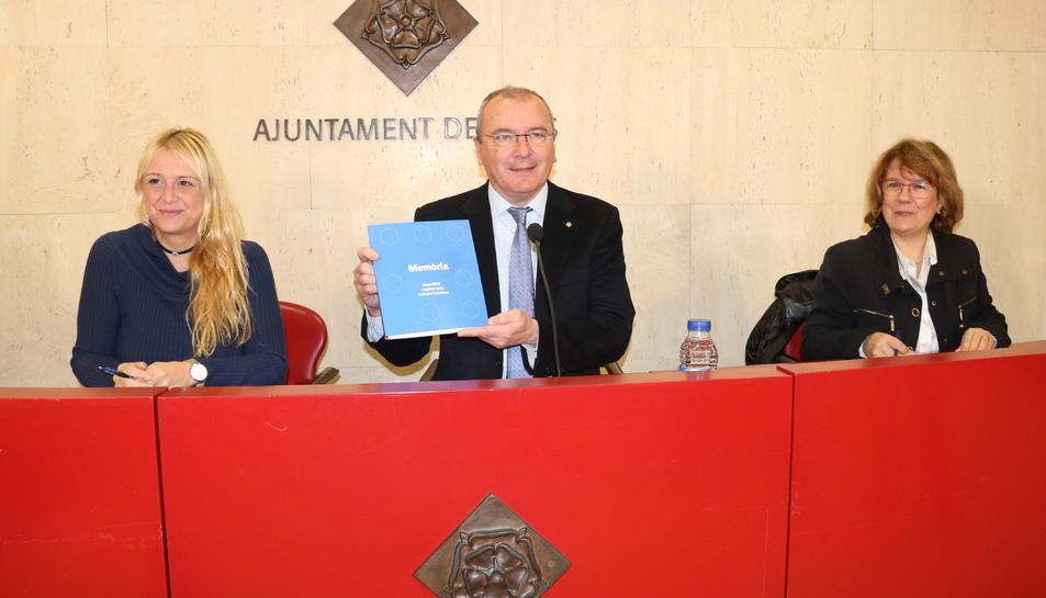 D'esquerra a dreta, la regidora de Cultura de Reus, Montserrat Caelles; l'alcalde Carles Pellicer; i la comissària Reus Capital Cultura Catalana 2017, Montserrat Grau, durant el balanç de l'impacte econòmic. Imatge de l'1 de març del 2018