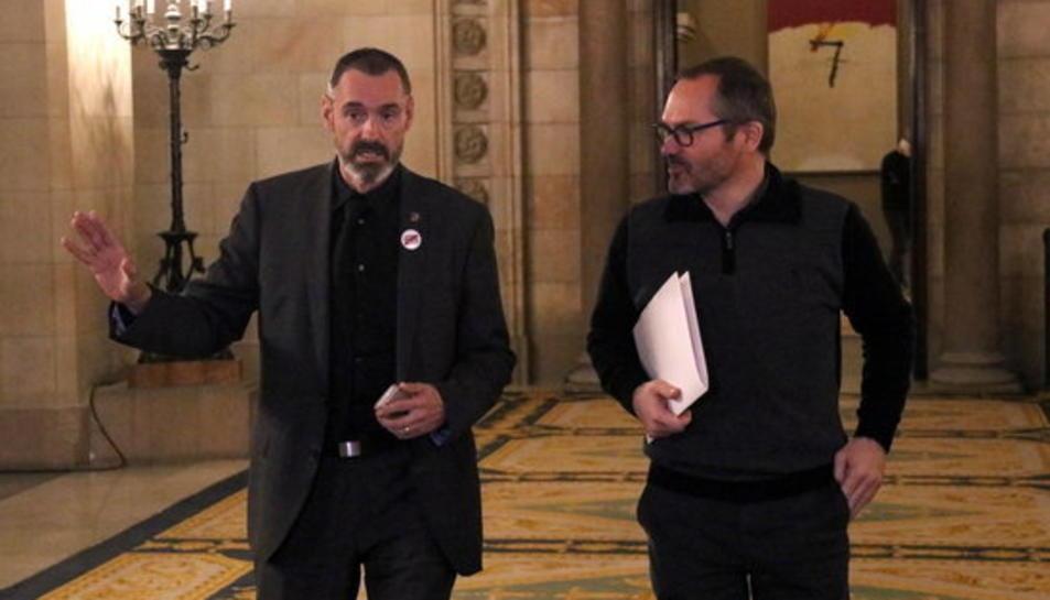 Els diputats de JxCAT Eusebi Campdepadrós i Josep Costa, dirigint-se a la reunió del seu grup al Parlament, el 31 de gener de 2018.