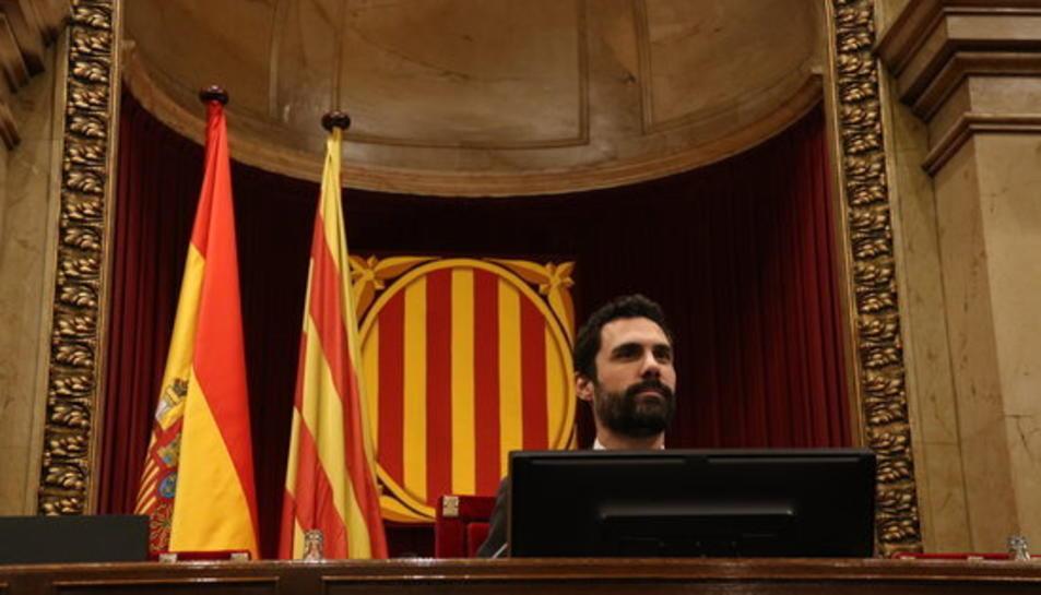 Pla mig del president del Parlament de Catalunya, Roger Torrent, a l'hemicile abans de començar el ple.
