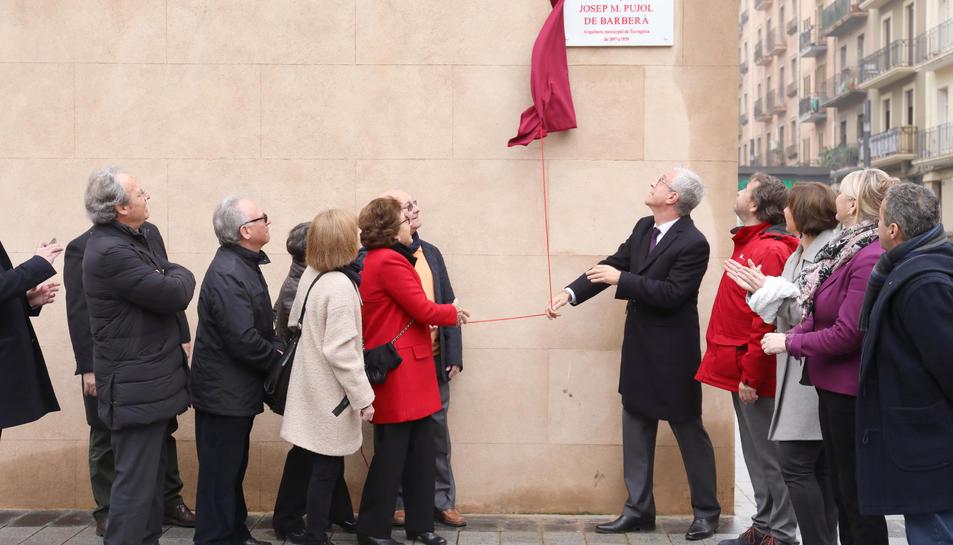 Ballesteros, destapant la placa de la plaça en homenatge a l'arquitecte municipal Josep Maria Pujol de Barberà.