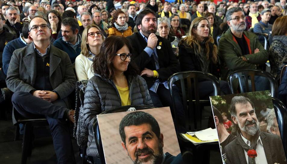 Imatge d'arxiu de les cadires buides de Jordi Sànchez i Jordi Cuixart en l'AGO de l'ANC.